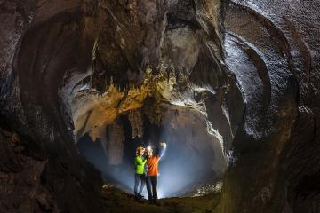 Lạc vào 'mê cung dát vàng' huyền bí ở hang Chà Lòi Quảng Bình