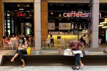 Công dân Singapore nghiêm túc thực hiện lệnh giãn cách xã hội nơi công cộng