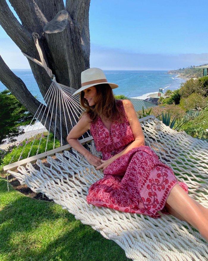 Bí quyết chăm sóc da của siêu mẫu Cindy Crawford để sở hữu làn da đôi mươi ở độ tuổi 55