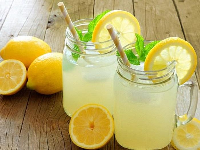 Uống nước chanh - cách chữa đầy bụng khi ăn hải sản