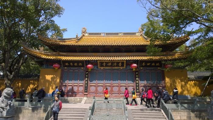 Phổ Tế Thiền Tự luôn luôn thu hút nhiều người đến hành hương