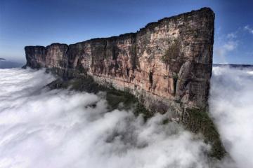 Những ngọn núi nguy hiểm nhất thế giới nhưng vẫn thu hút khách du lịch