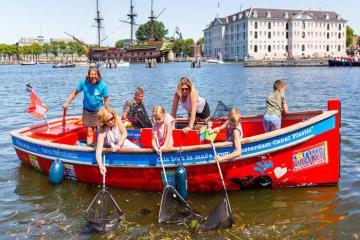 Kỳ lạ tour du lịch câu rác thải nhựa hút khách tại Hà Lan