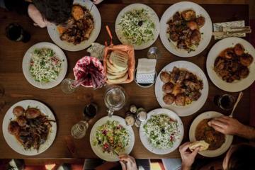 Ở Việt Nam và nước ngoài, nên ăn hết suất hay để thừa lại chút đồ trên đĩa mới là lịch sự?