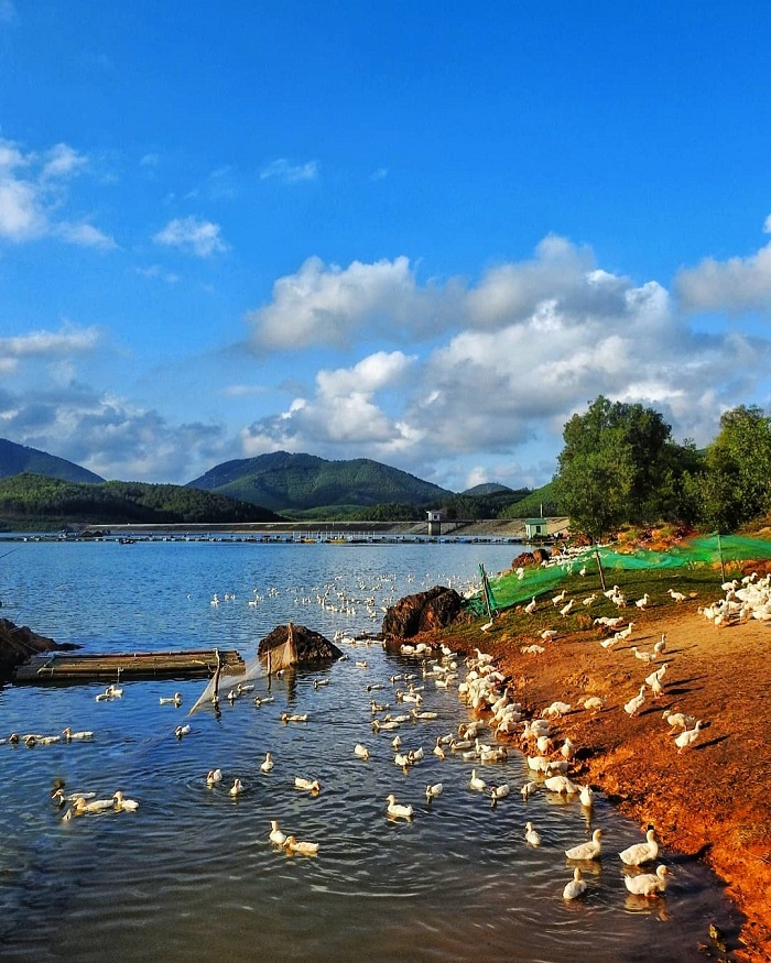 Hue cross-slit lake