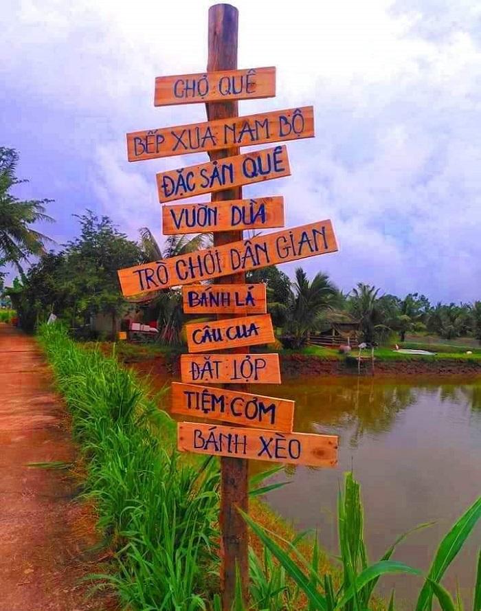 Biển chỉ đường các hoạt động cộng đồng ở Cồn Chim