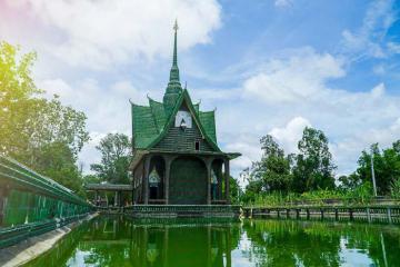 Ngôi chùa Thái Lan được tạo nên từ 1,5 triệu chai bia