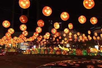 Thả đèn trời, ăn bánh gạo và các phong tục truyền thống dịp Trung thu ở các nước châu Á