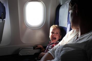 Làm sao để trẻ không quấy khóc khi đi máy bay?