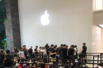 Người Việt xếp hàng chờ mua siêu phẩm iPhone 11 tại Singapore