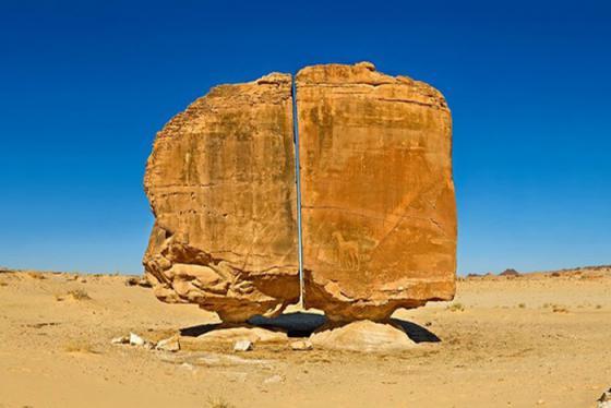 Bí ẩn thú vị về vết cắt trên tảng đá Al Naslaa nghìn năm tuổi