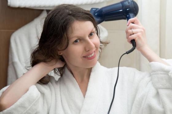 'Ổ bệnh' nguy hiểm tiềm ẩn sau những chiếc máy sấy tóc ở khách sạn