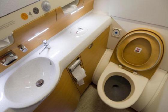 Những kinh nghiệm cần biết khi sử dụng nhà vệ sinh trên máy bay