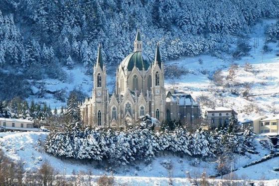 Tòa lâu đài Santuario đẹp tựa cổ tích ở Ý