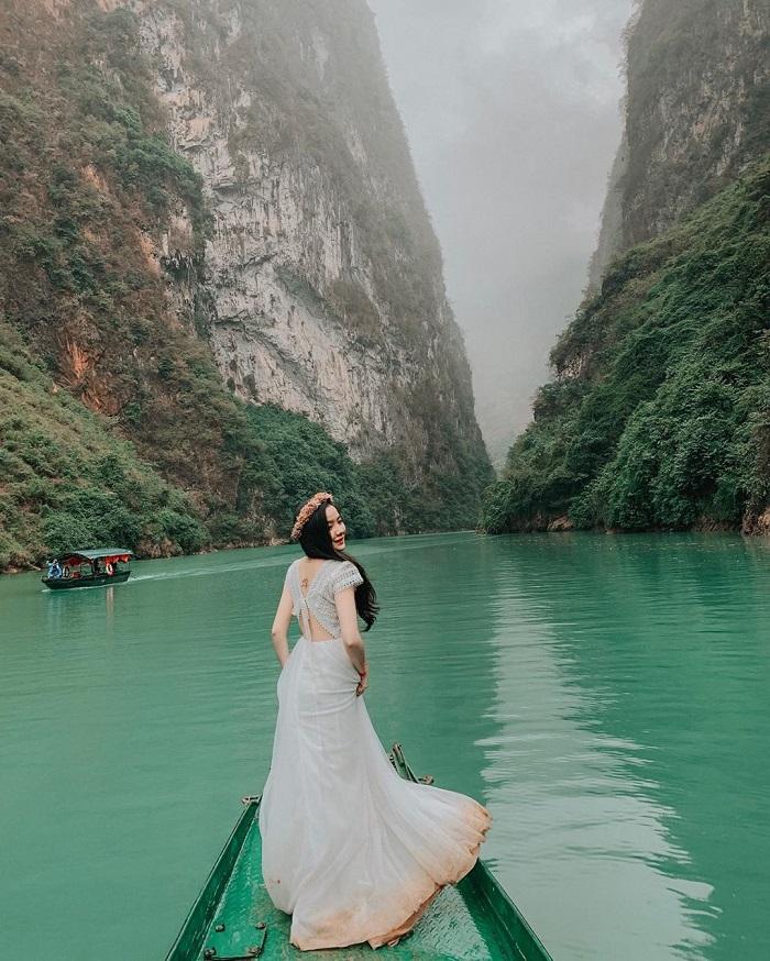 Đi thuyền ngắm cảnh sông Nho Quế chỉ là 'thường thôi', dân tình còn đang  chèo kayak nữa kìa!