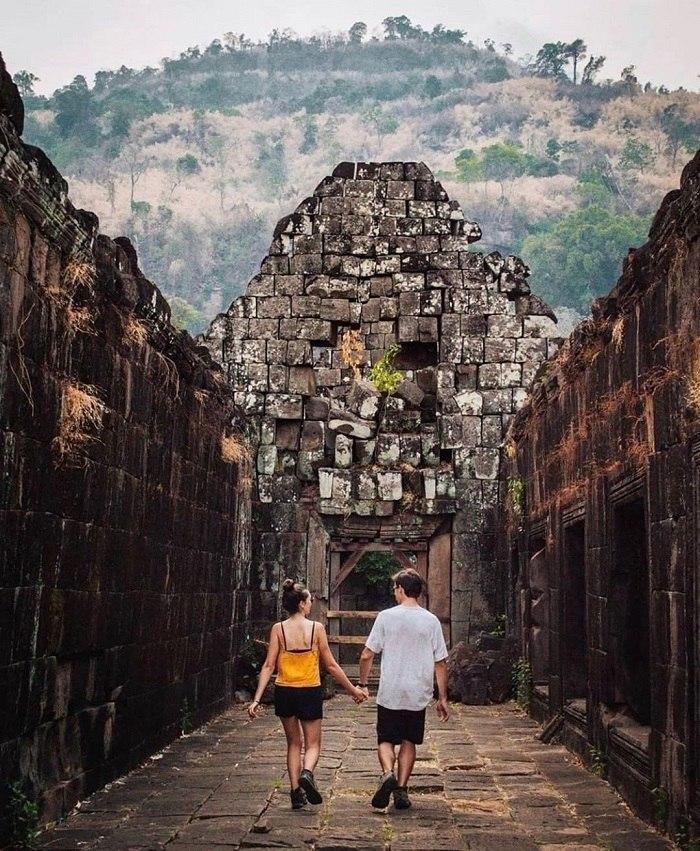 Trường lang lát đá tại chùa Wat Phou