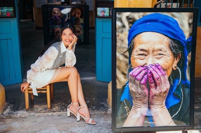 Hoa hậu Trần Tiểu Vy ở phòng tranh Hội An