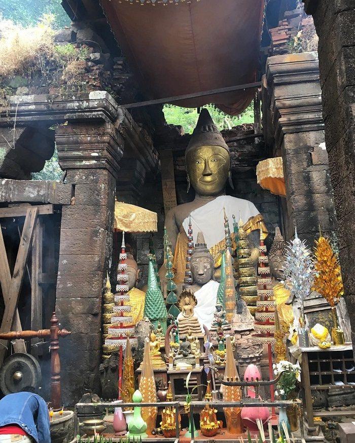 Tượng Phật lớn ở chùa Wat Phou