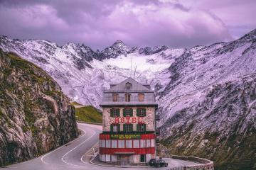 Khách sạn Belvedere chơ vơ giữa núi những vẫn đông khách