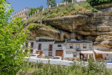Thị trấn 'đá đè' quanh năm thu hút khách du lịch Tây Ban Nha