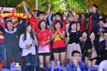 Fan cuồng nhiệt cổ vũ đội tuyển Việt Nam trong trận vòng loại World Cup 2022 tại Bali