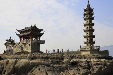 Hòn đảo 1.000 tuổi bất ngờ xuất hiện giữa lòng hồ cạn nước ở Trung Quốc