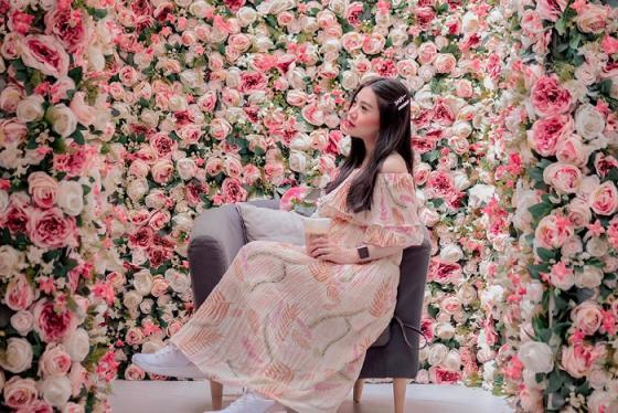 Quán cà phê ở Bangkok tràn ngập hoa hồng như vườn cổ tích