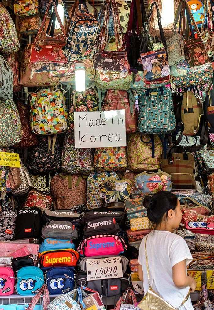 """Khách du lịch dễ trở thành """"con mồi"""" của người bán cùng những chiêu trò lừa đảo ở Hàn Quốc."""