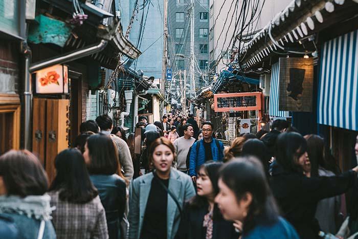 Một trong những trò lừa đảo ở Hàn Quốc tại những nơi đông người là móc túi