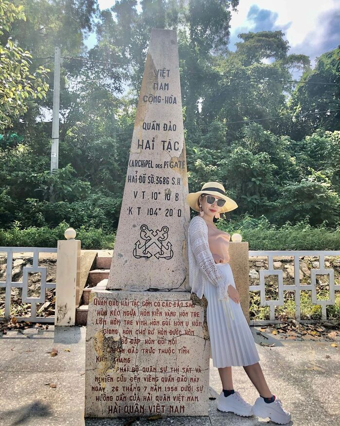 Record the moment with the national sovereignty stele engraved with 16 islands of the Pirates archipelago.Photo: @dung.tran26011986
