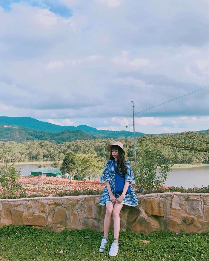 Đứng trên cây cầu ven hồ nhìn ra toàn cảnh hồ Tuyền Lâm