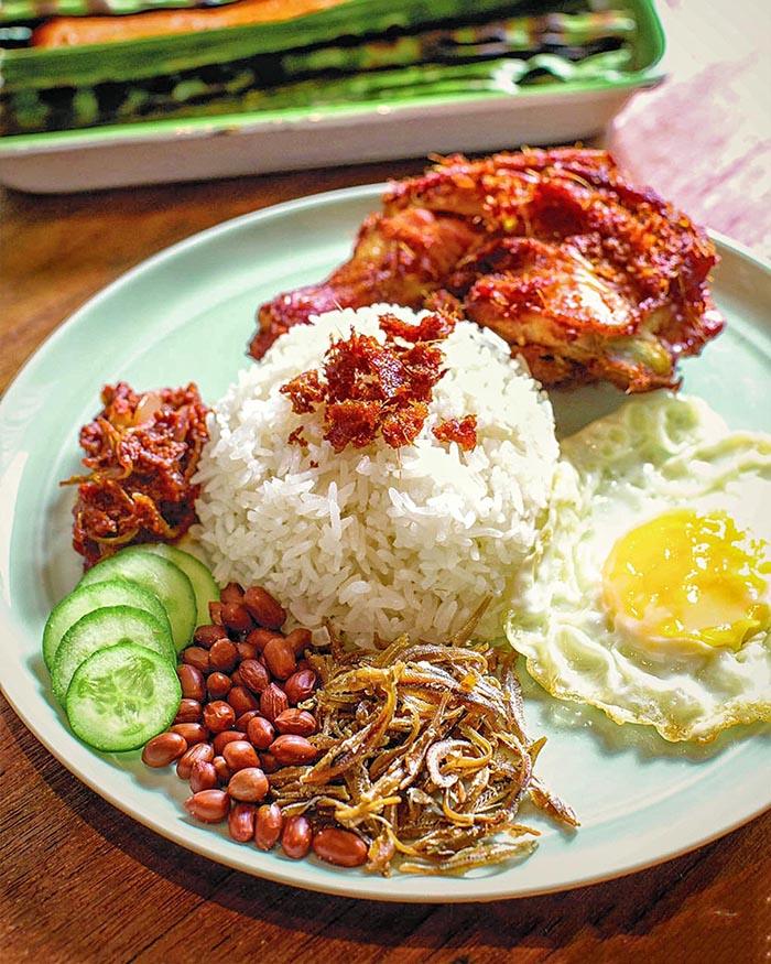 Tương ớt đặc trưng khiến hương vị món Nasi Lemak trở nên hấp dẫn.