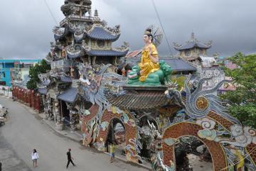Bí ẩn về ngôi chùa 'Ve Chai' giữ nhiều kỷ lục nhất ở Đà Lạt