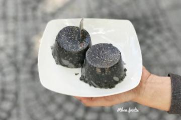 Món bánh đen sì, lạ miệng đang được giới trẻ Sài Gòn 'lùng sục' hóa ra làm từ nguyên liệu ai cũng biết