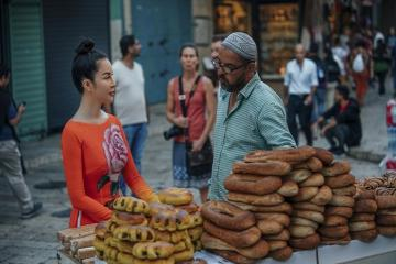 MC Thanh Mai diện áo dài du hí tại Israel