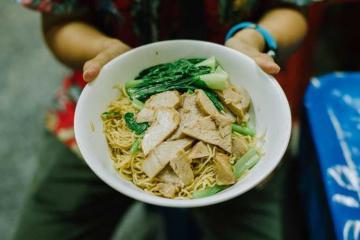 Mì xá xíu 'rẻ như cho' ở Bangkok