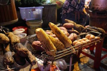 Ngô nướng, khoai lùi: Thức quà ấm áp của mùa đông Hà Nội