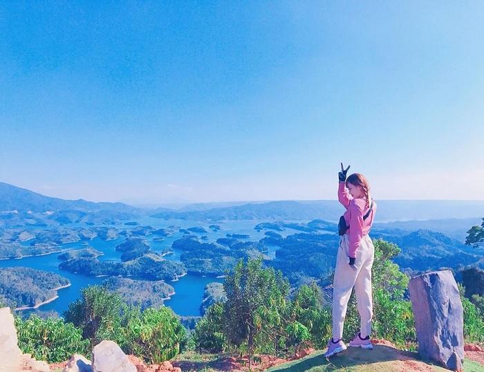 """Hồ Tà Đùng còn được gọi là """"vịnh Hạ Long thu nhỏ"""". Ảnh: dantri"""