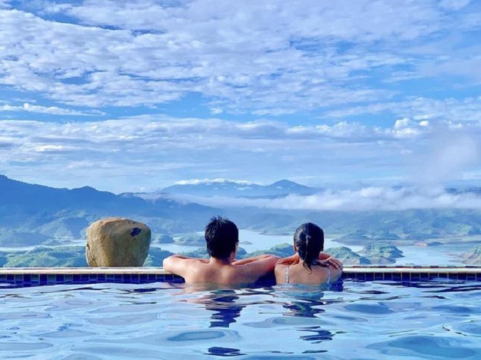 Ngắm nhìn hồ Tà Đùng tuyệt đẹp, du khách sẽ thấy lòng mình bình yên nhẹ nhàng. Ảnh: tintuc