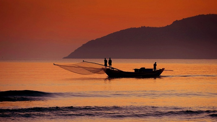 Catch sunrise on Canh Duong beach - great experience not to be missed when coming to Hue.  Photo: taidanang