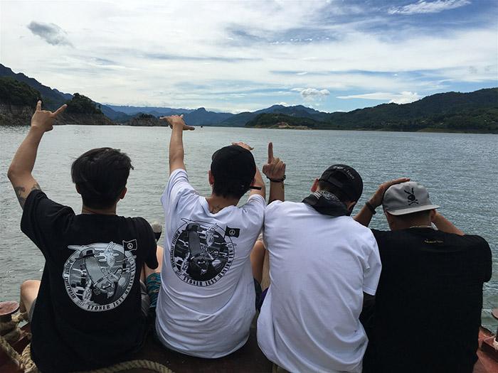 Du ngoạn trên hồ bằng thuyền nhỏ