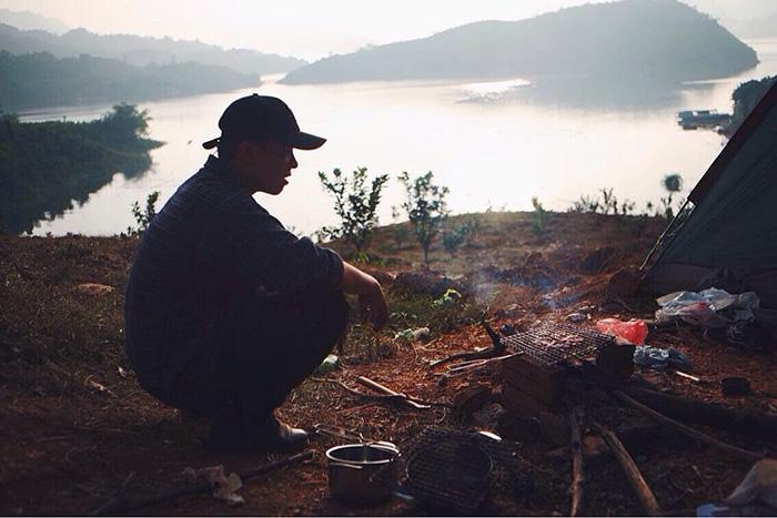 Cắm trại trên đảo tận hưởng cuộc sống hoang dã.