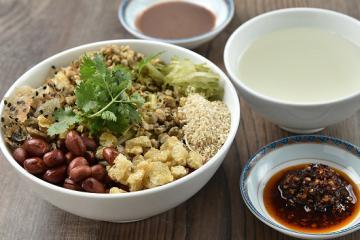 5 quán cơm hến ngon nức tiếng và 'đắt hàng như tôm tươi' ở Huế