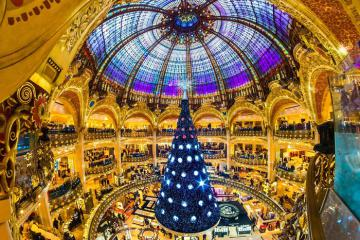 Ăn bánh khúc cây, trượt băng quanh thành phố tận hưởng Giáng sinh tại 'kinh đô ánh sáng' Paris