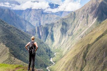 Trekking hay đi tàu để chinh phục cung đường đến Machu Picchu, Peru?