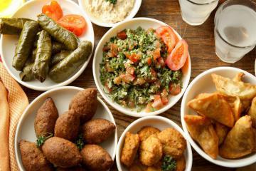 Thịt lạc đà nhồi, bánh bồ câu và đặc sắc các món ăn 'đẹp mắt ngon miệng' của ẩm thực Trung Đông