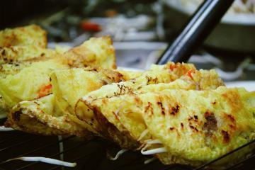 Bánh xèo, bánh tráng trộn và muôn vàn món ăn đường phố ngon khó cưỡng ở Sài Gòn