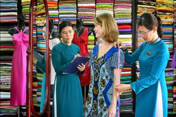 Đến Hội An trải nghiệm dịch vụ may đo quần áo 'thần tốc' dành cho khách du lịch
