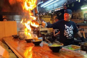 Thót tim trải nghiệm món mì bốc cháy lạ lùng tại Kyoto, Nhật Bản
