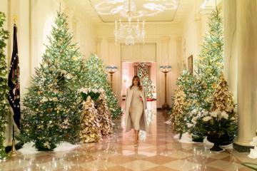 Đệ nhất Phu nhân Melania Trump 'lột xác' Nhà Trắng mùa Giáng sinh 2019